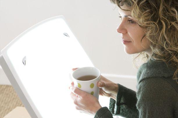 Hyvä kirkasvalolamppu hoitaa myös hieman kauempaa, jolloin laitteen äärellä voi nauttia esimerkiksi aamukahvin tai -teen.