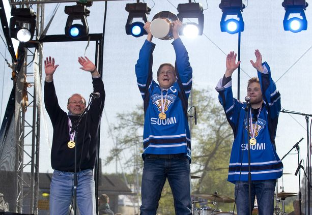 Turussa juhlittiin kaupungin omia maailmanmestareita: Leijonien hierojaa Jussi Luomaa, joukkueen kapteenia Mikko Koivua sekä maalivahtia Teemu Lassilaa.