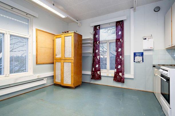 Näissä huoneissa on laittamista! Koulu sijaitsee Hirvensalossa hyvien yhteyksien päässä.