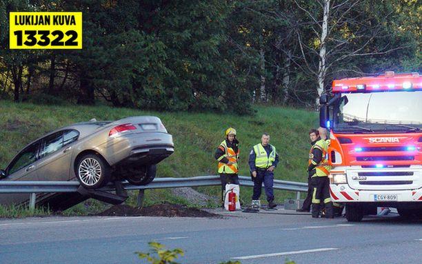 7-sarjan BMW päätyi reunakaiteen päälle suistuttuaan tieltä.
