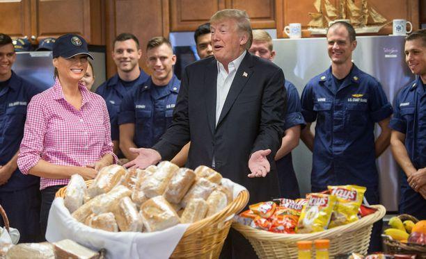 Presidenttipari tarjosi rannikkovartioston edustajille muun muassa sämpylöitä.