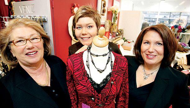 Marja-Liisa ja Jenni Jokela sekä Anne Juhola työskentelevät vaatetusalan perheyrityksessä.