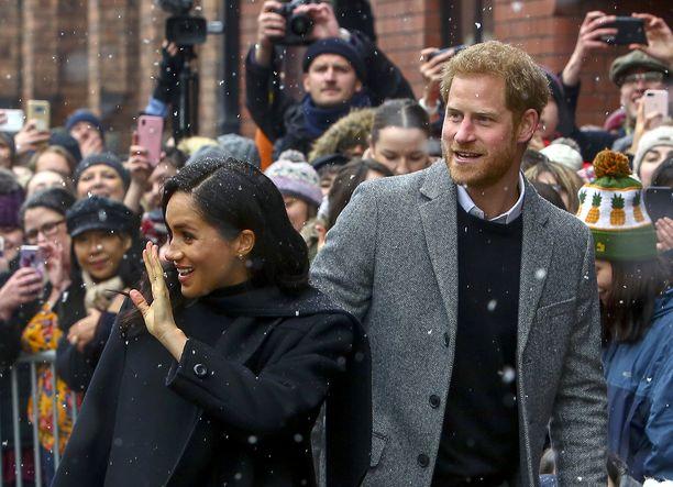 Herttuatar Meghan ja prinssi Harry saapuivat teatterille 20 minuuttia aikataulusta myöhässä. Junat olivat myöhässä huonon sään vuoksi.