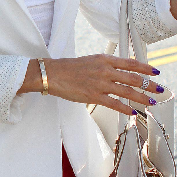 Huomioväri ja timantit antavat glamouria hillittyyn asuun.