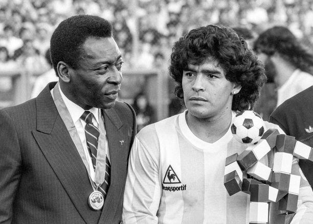 Pele (vas.) ja Maradona yhteiskuvassa.