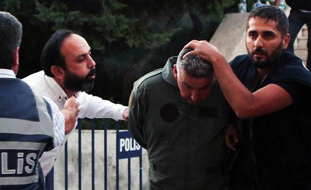 Siviili sylkee kiinniotetun turkkilaissotilaan päälle.