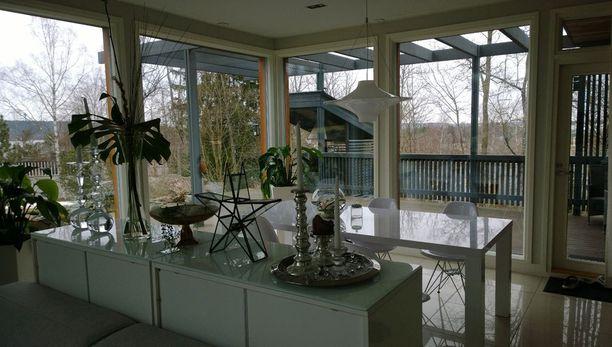 Valoisuutta lukaaliin luovat isot ikkunat.