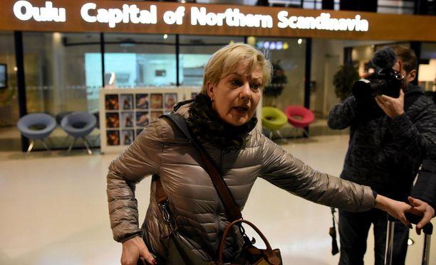 Suvi Lindén kieltäytyi kertomasta Ugandan-matkastaan Oulun lentokentällä.