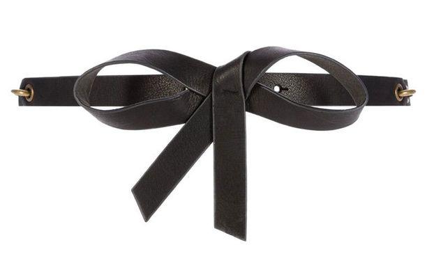 Musta vyö antaa vaaleaan kokonaisuuteen ripauksen graafisuutta. Naf Naf/Zalando, 38,95 €