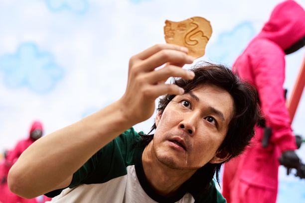 Squid Game -sarjassa kilpailijat pelaavat lastenpelejä henkensä uhalla.