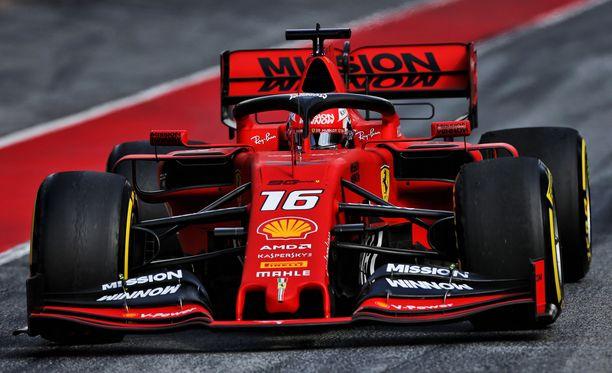 Aiempaa leveämpi etusiipi ei miellytä Sebastian Vettelin silmää.