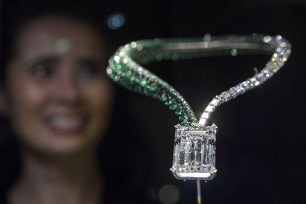 Peräti 163,41 karaatin timantti myytiin kiinnitettynä smaragdi- ja timanttikaulakoruun.
