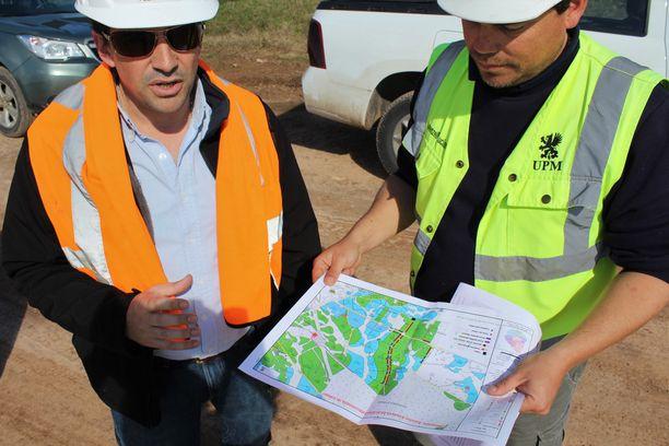 Felix Vanela (vas.) ja Luciano Lorenzelli tutkivat puiden kaatamista varten tarkkaan laadittua suunnitelmaa.