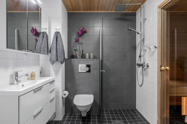 Kylpyhuoneessa on sadevesisuihku ja seinä-wc. Tunnelmallisessa saunassa on kuituvalot sekä lauteisiin upotettu pilarikiuas.