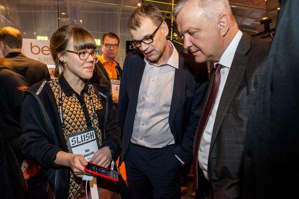 Hallitus haluaa tukea talouskasvua ulkomaalaislainsäädännön keinoin. Kuva kasvuyritystapahtuma Slushista, jossa pääministeri Juha Sipilä ja silloinen elinkeinoministeri Olli Rehn vierailivat marraskuussa 2015.