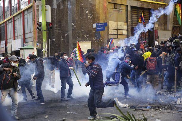 Bolivian mielensosoituksissa on haavoittunut ainakin 400 ihmistä.