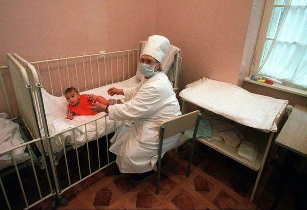 Venäjän Kaliningradissa 8 kuukautta vanhasta Galina-vauvasta pidetään huolta. Galinan hiv-positiivinen äiti oli hylännyt tytön. Arkistokuva.