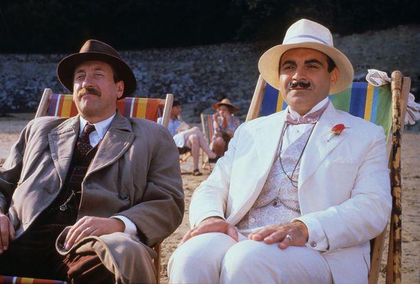 Komisario James Japp (Philip Jackson) ja Hercule Poirot (David Suchet) nauttivat rantaelämästä.