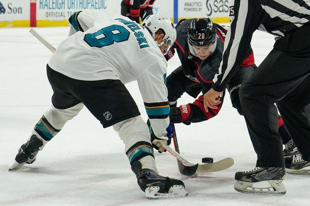 Aloitusten hallitseminen on NHL-sentterille ensiarvoisen tärkeää. Tässä Sebastian Ahoa vastassa on San Josen Joe Pavelski.