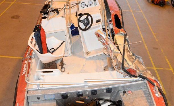 Veneen oikea kylki vaurioitui pahasti.