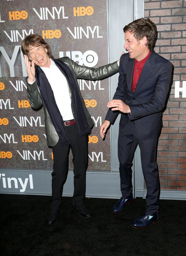 Mick ja James hassuttelivat punaisella matolla.