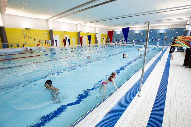 Kaksi alle 16-vuotiasta poikaa on poliisin mukaan joutunut seksuaalisen hyväksikäytön uhreiksi uimahallissa. Kuvituskuva.