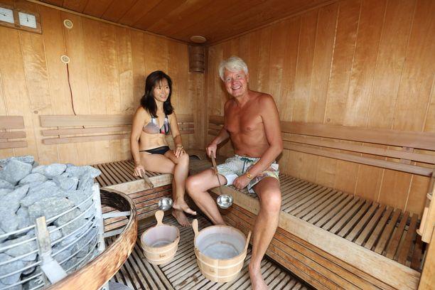 Veikko-Matti Kallioniemi saunoo tänä juhannuksena vaimonsa Sungmen kanssa Espanjan Aurinkorannikolla, lapset Sini, Aki ja Ani sen sijaan viettävät juhannuksensa Suomessa.