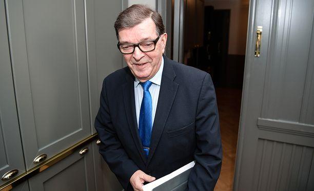 Paavo Väyrynen sanoo lopettavansa poliittisen uransa, jos ei saa kannattajakortteja kasaan.