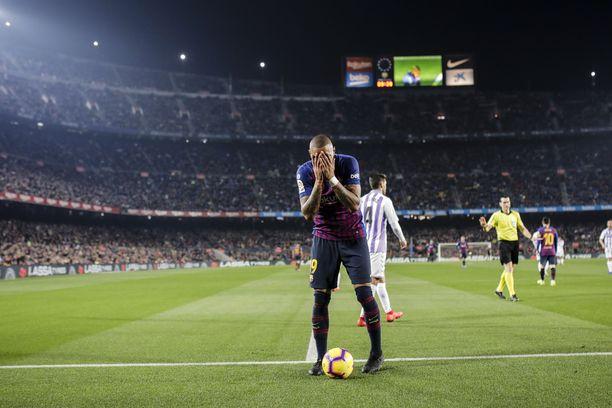Kevin-Prince Boateng nosti kätensä kasvojensa eteen hukatun maalipaikan jälkeen. Barcelona voitti ottelun Lionel Messin pilkkumaalilla 1-0.