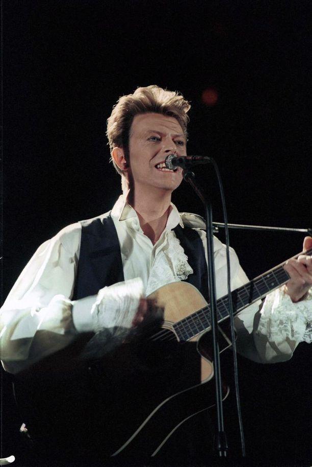 David Bowie nousi kansainväliseksi supertähdeksi vuoden 1983 albumillaan Let's Dance. Kuva vuodelta 1990.