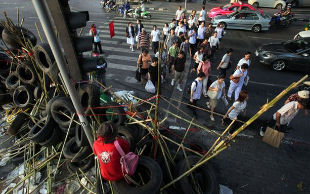 Mielenosoittajat ovat aidanneet itselleen alueen barrikadein.