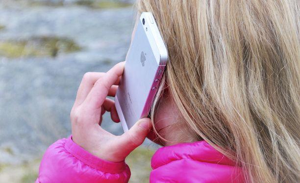 Monissa perheissä käydään vääntöä siitä, milloin lapselle tulisi hankkia oma puhelin.