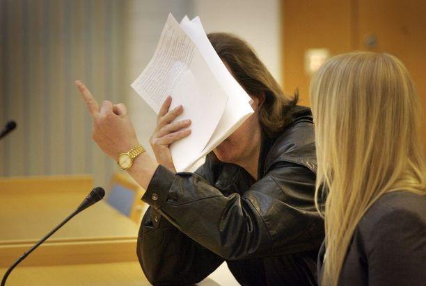 Sarjakuristaja Michael Penttilä (ent. Pentholm) on tuomittu lukuisista naisiin kohdistuneista henki- ja muista väkivaltarikoksista.