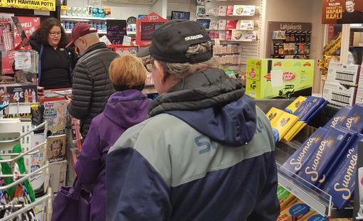 Tuoreimman jättipotin myyneellä R-kioskilla riitti asiakkaita lauantaina. Potti meni tällä kertää Kerimäelle Savonlinnaan.
