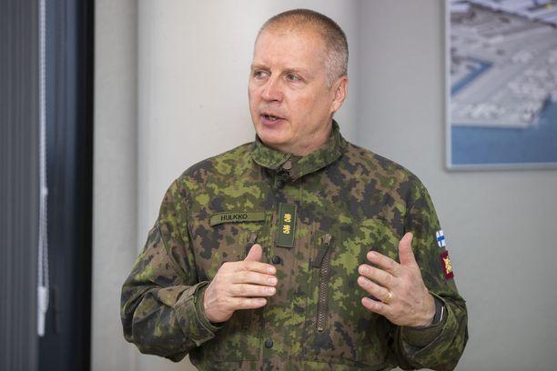 Maavoimien komentaja, kenraalimajuri Petri Hulkko kertoi pääsotaharjoituksen etenemisestä tiedotustilaisuudessa tiistaina.
