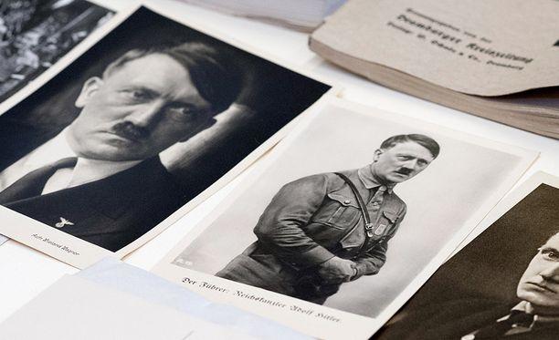 Kapselissa oli esimerkiksi Hitlerin valokuvia.