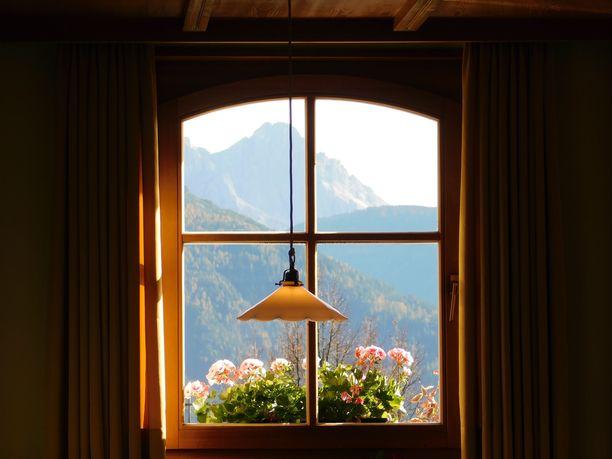 Suosittu someryhmä vie nojatuolimatkalle ympäri maailmaa. Sen käyttäjät jakavat kuvia ikkunoittensa näkymistä. Kuvituskuva.