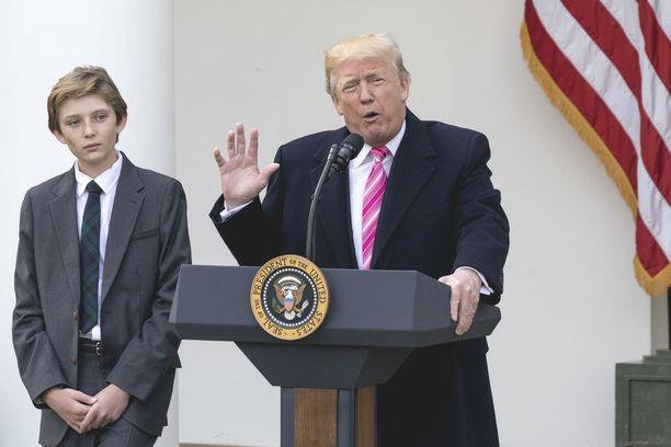 Donald Trump puhui Valkoisen talon edustalla 21. marraskuuta. Vierellä seisoi Trumpin Barron-poika.