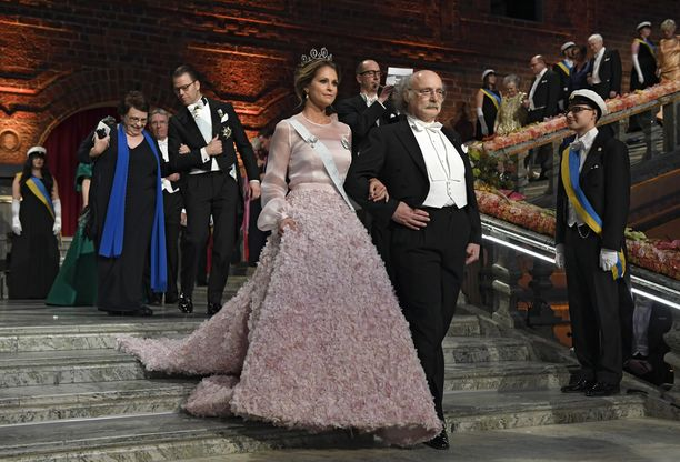 Madeleinen pukeutui puolukkapuuron sävyiseen iltapukuun Nobel-gaalaan vuonna 2016.
