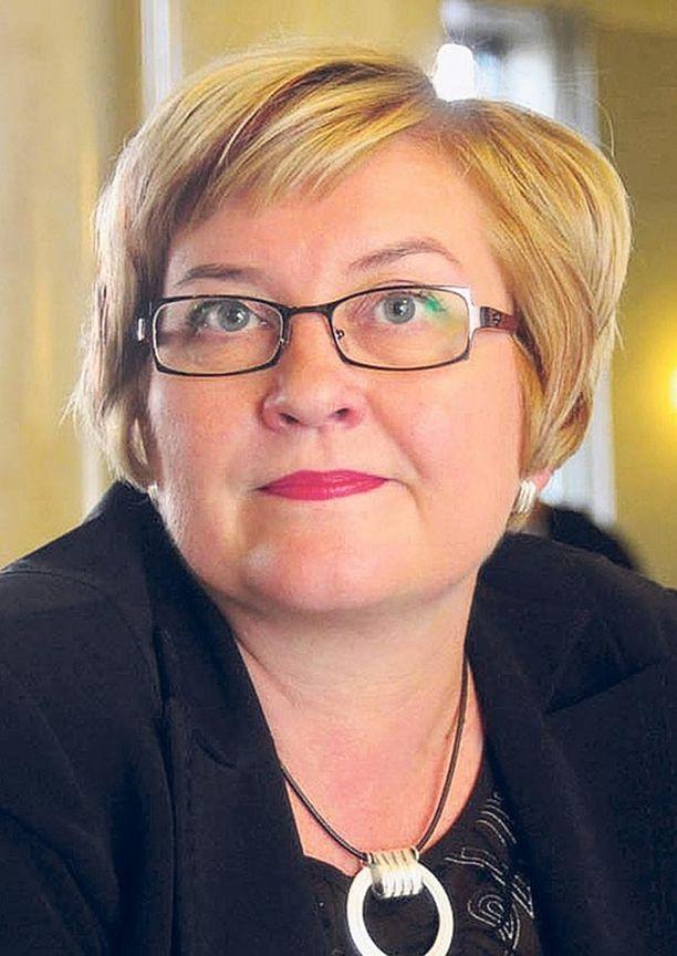 Liikenneministeri Anu Vehviläinen on tyytynyt vaatimaan VR:ltä selityksiä liikennekaaokseen.