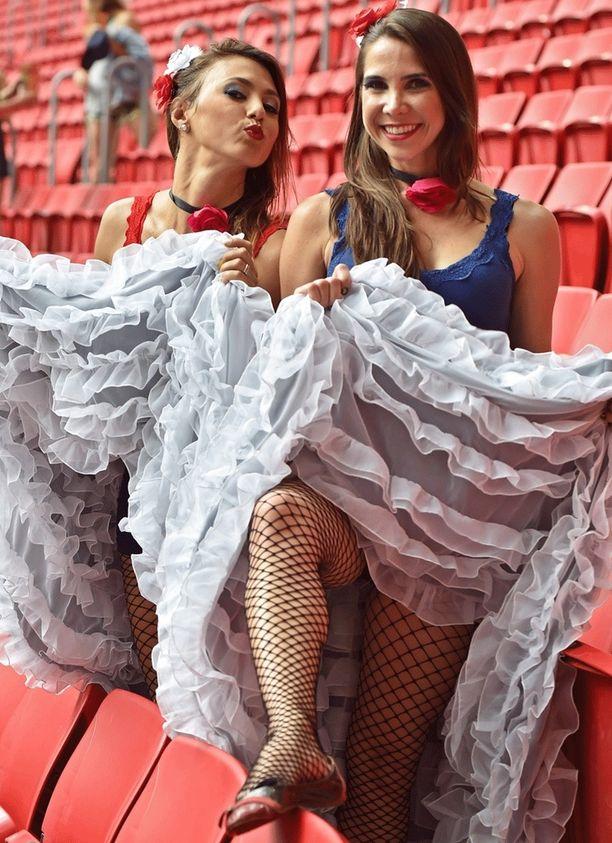 Brassilegenda Mané Garrinchan mukaan nimetyllä stadionilla nähtiin futismatseissa harvinaista pukuloistoa.