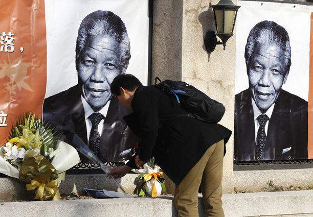 Etelä-Afrikan suurlähetystön eteen Pekingiin tuotiin perjantaina kukkia.