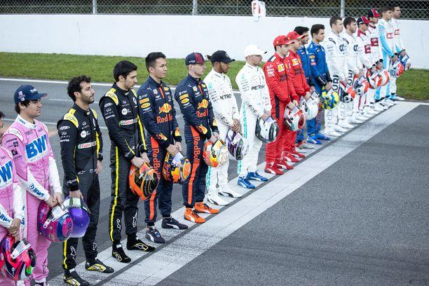 F1-kuskit asettuivat riviin kameroiden eteen Barcelonan radan pääsuoralla