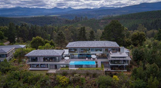 Upeat maisemat avautuvat isoista ikkunoista, ja terassilla allas odottelee uimareita.