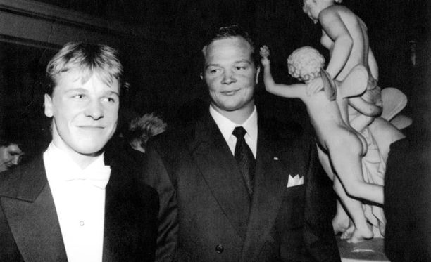 17-vuotias Toni Nieminen ja olympiakultaa kilpamelonnassa voittanut Mikko Kolehmainen Linnan juhlissa vuonna 1992.