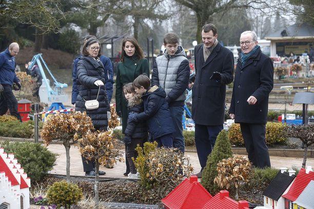 Kuninkaallinen perhe Legolandin Minilandissa.