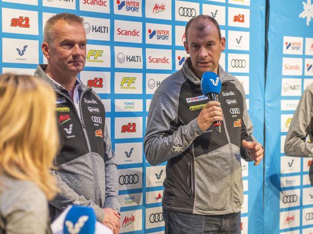 Matti Haavisto (vas.) ja Mikko Virtanen ovat hiihtomaajoukkueen peräsimessä 2+2 -vuotisilla sopimuksilla. Valmennusporukkaan kuuluu myös Teemu Pasanen.