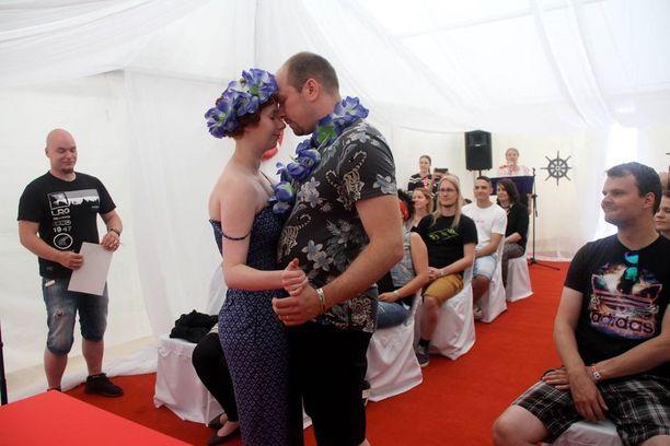 Vihkiparin ensimmäinen yhteinen tanssi avioliitossa Oulun Qstock-festivaaleilla.