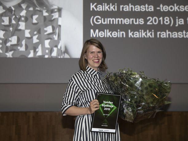 Julia Thurén äänestettiin Vuoden Sijoittajaksi 2019. Taitava säästäjä nouti palkinnon luottomekossaan, joka on osa hänen taloudellisen menestyksen salaisuuttaan.