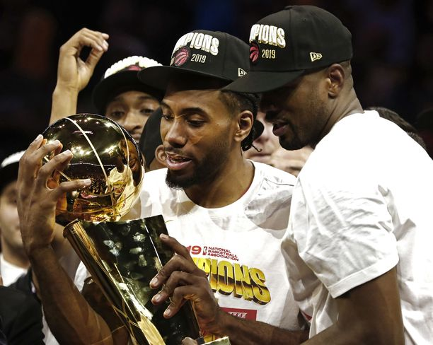 Siinä se nyt on! Kawhi Leonard syleili isoilla käsillään NBA:n mestaruuspokaalia.